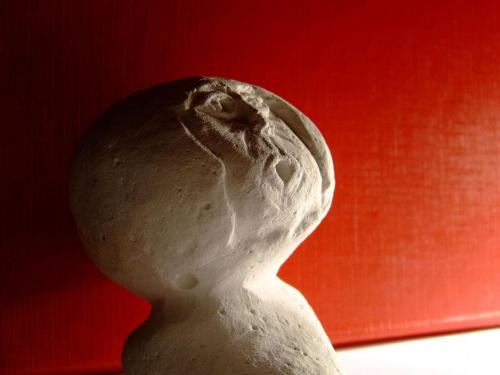 bożek? #bożek #figurka #figura #gips #ZGipsu #wyskrobane #zdziwiony #czerwone #popiersie #biały #kruchy #dziwne #śmieszne #CiepłaCzerwień