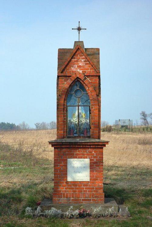 Kapliczka przydrożna w Mściszewie koło Murowanej Gośliny #kapliczka #krzyż #kościół #MurowanaGoślina #ŚnierzycowyJar