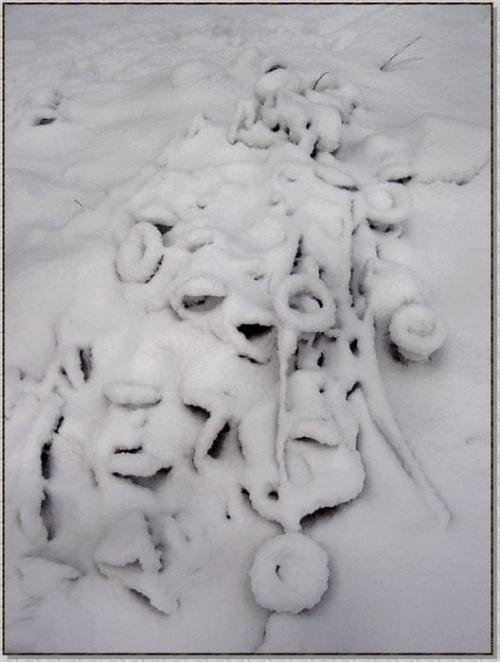 """Kto by pomyślał, że to sprężyny ze spalonego przez """"turystów"""" materaca? #zima #śnieg #inne"""
